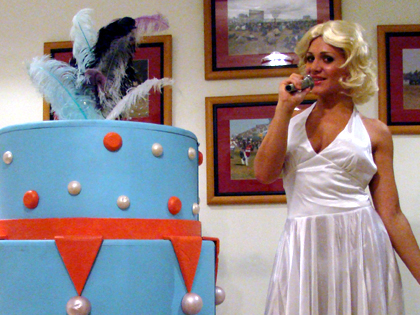 Bolo gigante artificial + Sósia Marilyn Monroe